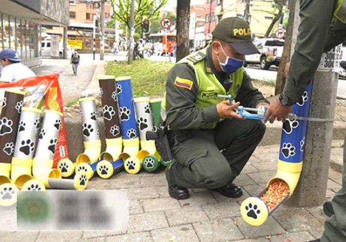 Policiais instalam dispenser - Foto: divulgação Polícia Medelin