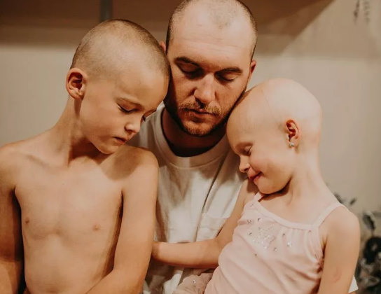 O pai se juntou aos filhos no apoio à caçula Foto: Facebook