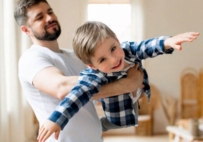 Pai brincando com filho - Foto: Freepik