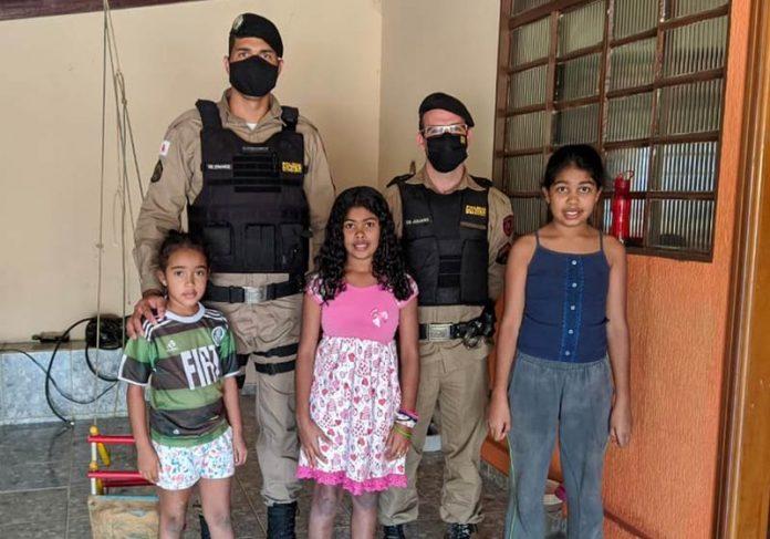 PMs e as crianças - Foto: Polícia Militar de Alpinópolis/MG