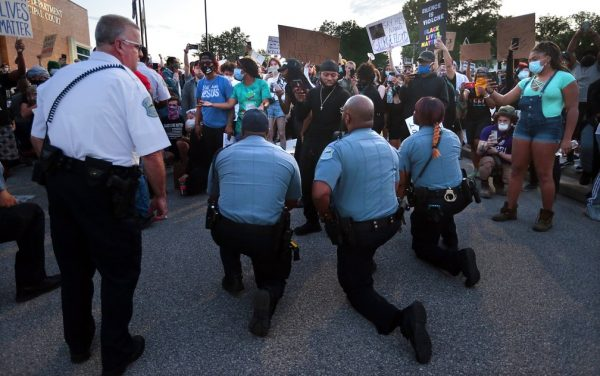 Policiais ajoelhados em Missouri - Foto: Robert Cohen/St. Louis Post-Dispatch via AP