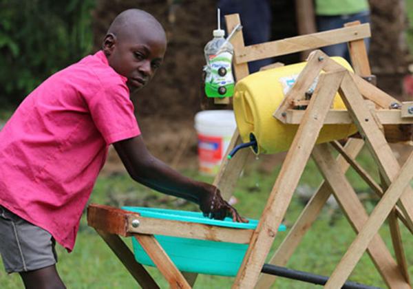 Stephen Wamukota, 9 anos, de Siboti Ward, em Bumula, Bungoma County, mostra como sua inovadora máquina de lavar as mãos funciona. Foto: Daily Nation