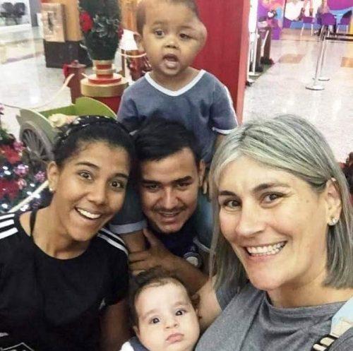Gadiel, a família e Viviane que os acolheu - Foto: Refúgio 343