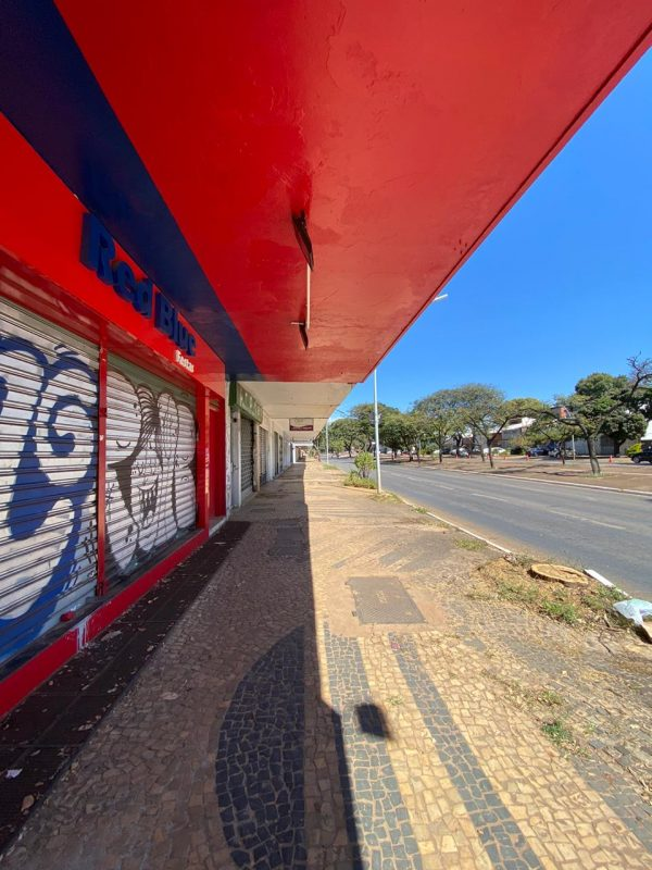 Pichações e calçada quebrada na W3-Sul - Foto: Andre Perotto