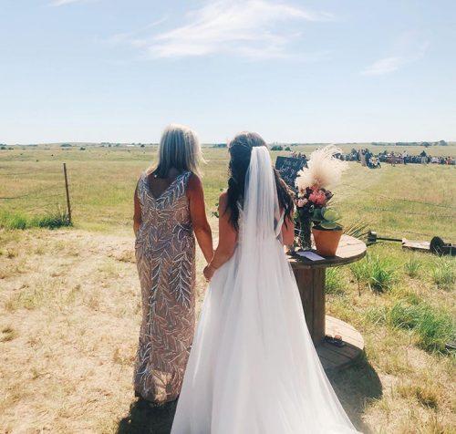 Mãe e filha no casamento - Foto: reprodução / Facebook