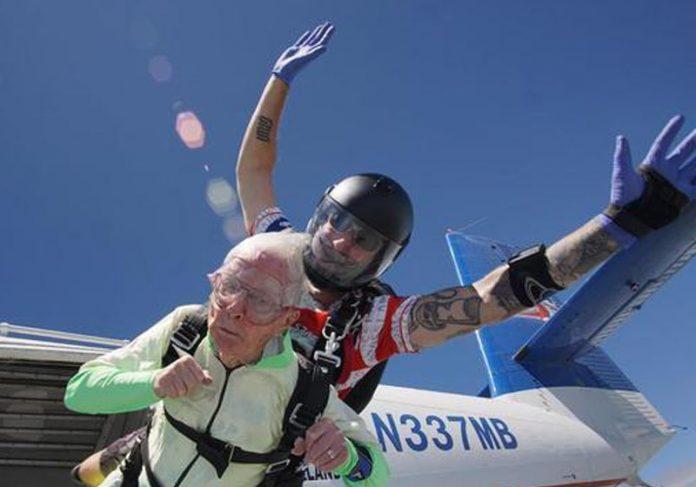 Idoso de 103 saltando de paraquedas - Foto: Reprodução/Facebook Thomas Hughes