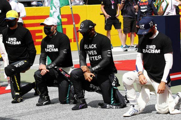 Lewis Hamilton ajoelhado com pilotos - Foto: Mark Thompson / Reuters