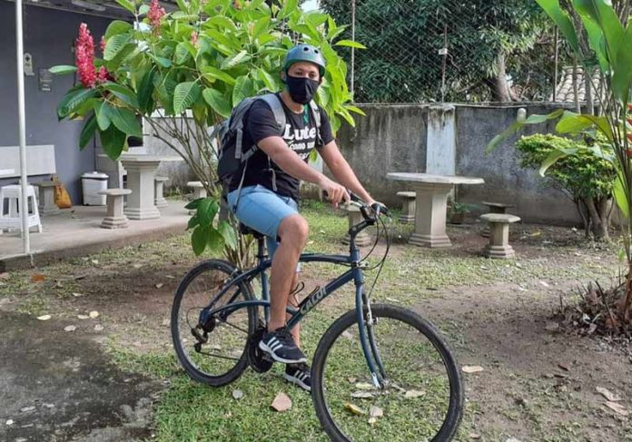 Professor Athur na bike - Foto: Catarina Lima / Arquivo pessoal