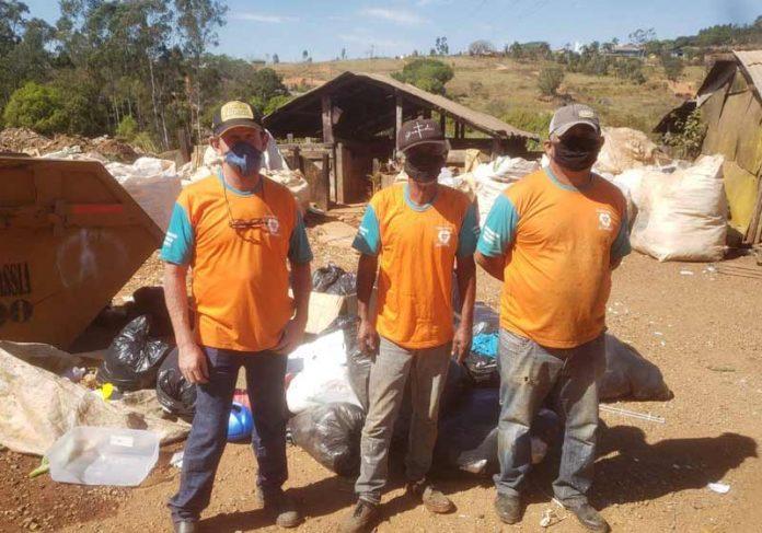 Catadores que devolveram o dinheiro - Foto: Claudinho / CP Notícias