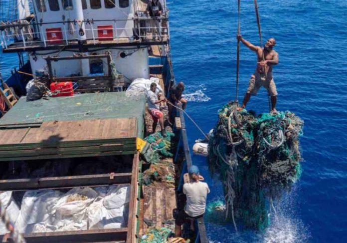 A equipe do cargueiro Kwai retirando lixo Foto: OVI