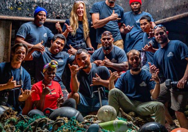 A equipe em cima do lixo Foto: OVI