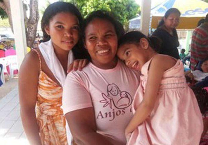 Maria das Dores com as filhas - Foto: Caçadores de Bons Exemplos