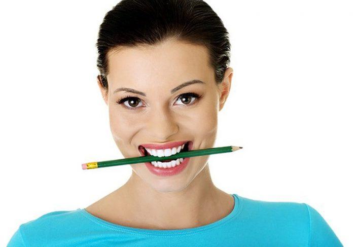 Sorrir com lápis na boca - Foto: Tulsadentalcare