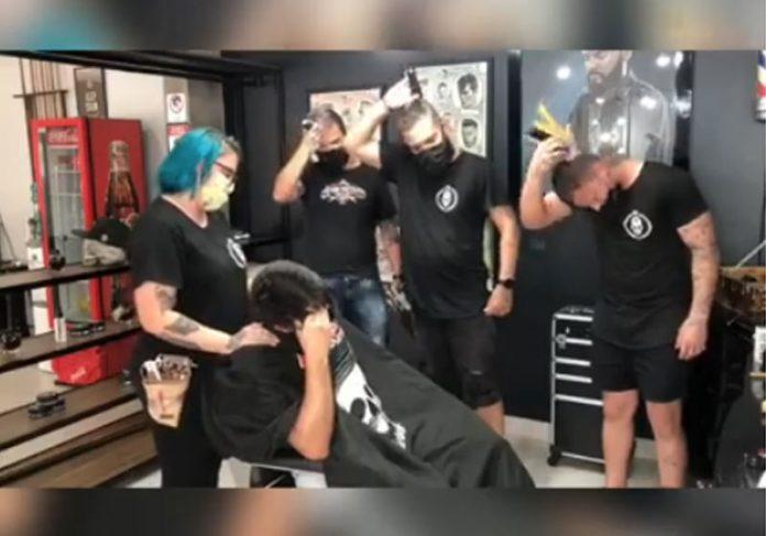Barbeiros raspando os cabelos - Foto: reprodução / Facebook