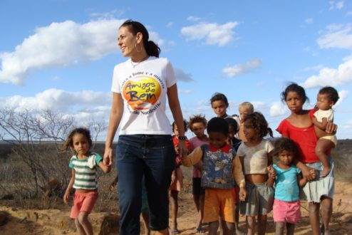 Alcione com crianças no sertão - Foto: divulgação