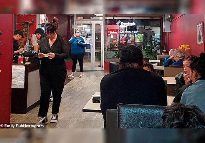 ClieClientes atendendo clientes - Foto: Emliy Puhi /Instagramntes atendendo clientes - Foto: Emliy Puhi /Facebook