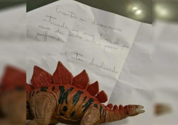 O dinossauro e o bilhete - Foto: reprodução / Metrópoles