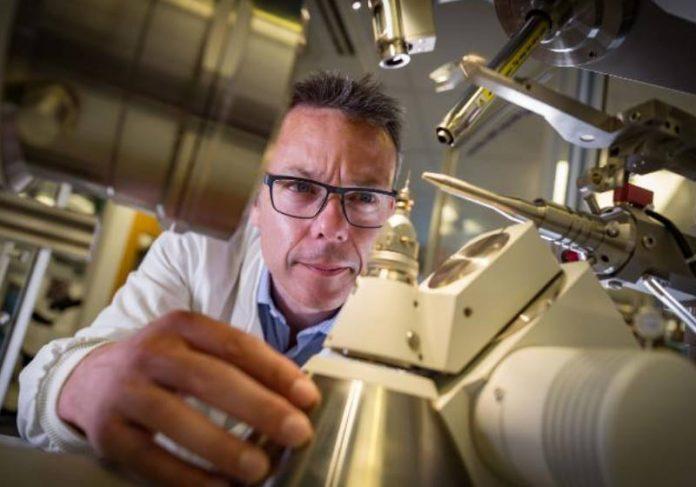 O co-líder do projeto, John McGeehan, fotografado no laboratório.Foto: UP