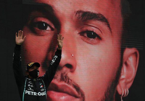 Hamilton comemora vitória - Foto: Getty Images