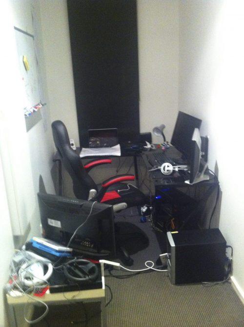Primeiro escritório improvisado - Foto: Caters News