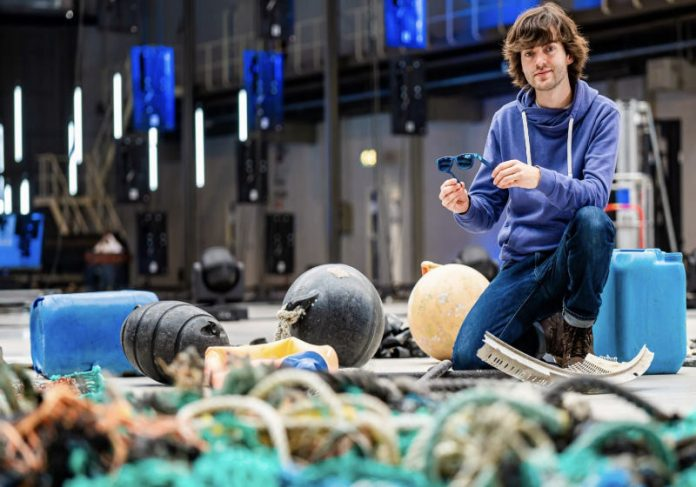 Boyan Slat e seu óculos de lixo marítico Foto: Ocean Cleanup