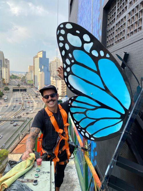 Mena instalando borboleta - Foto: arquivo pessoal