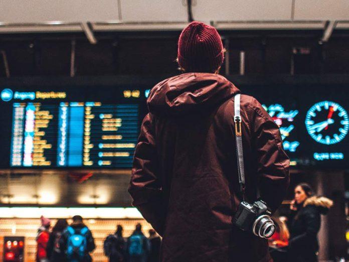 Turista no aeroporto - Foto: Unsplash/ Erik Odiin