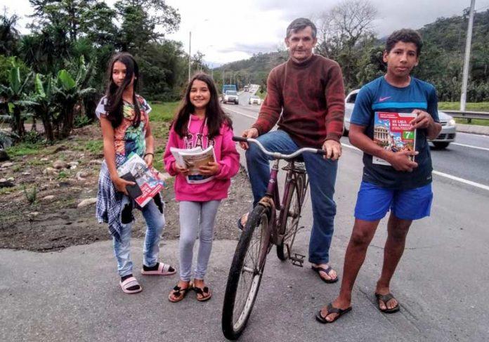 Edemilson na bike e os filhos - Foto: Arquivo pessoal/Herison Schorr