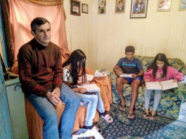 Edemilson na sala com os filhos - Foto: Arquivo pessoal/Herison Schorr