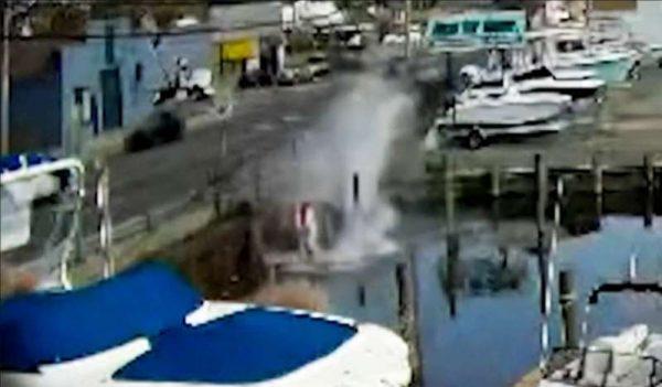 Momento em que o carro caiu na água - Foto: WNBC