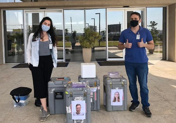 Pesquisadores da USP na chegada ao Sirius exibem fotos dos colaboradores que ficaram em São Carlos