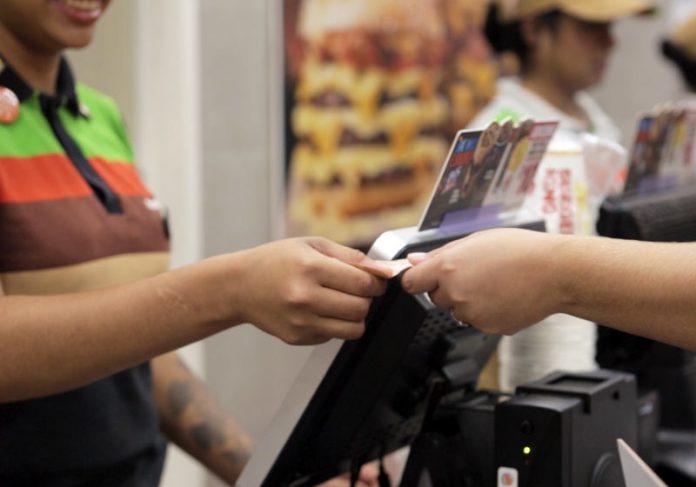 Cliente pagando compra - Foto: divulgação