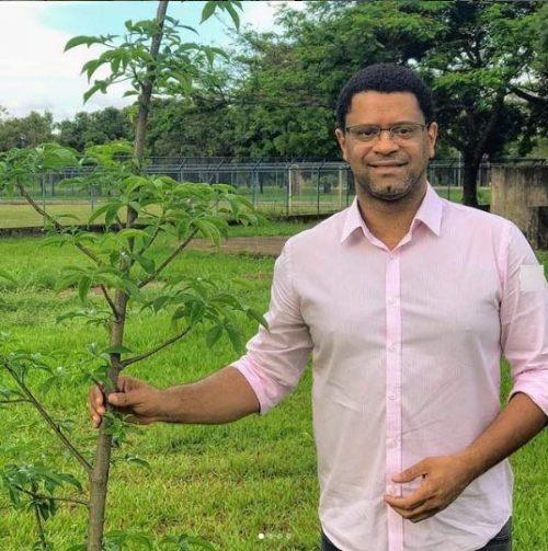 André com o baobá plantado em 2019 na EAPE - Foto: Instagram