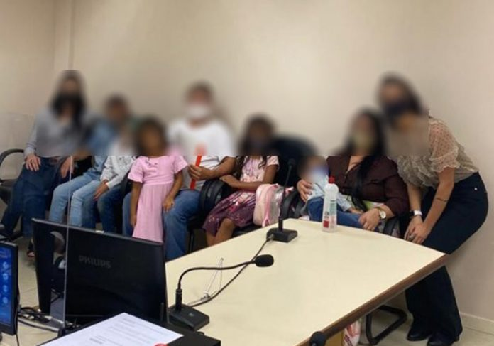 Casal adota cinco irmãos - Foto: reprodução / Bem Paraná