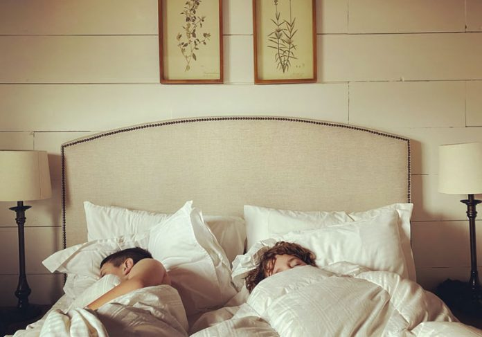 Casal dormindo - Foto: LeeAnn Cline / Unsplash