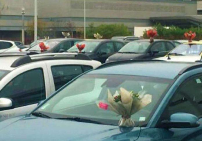 Flores em todos os carros do estacionamento do hospital - Foto: reprodução / Huffpost
