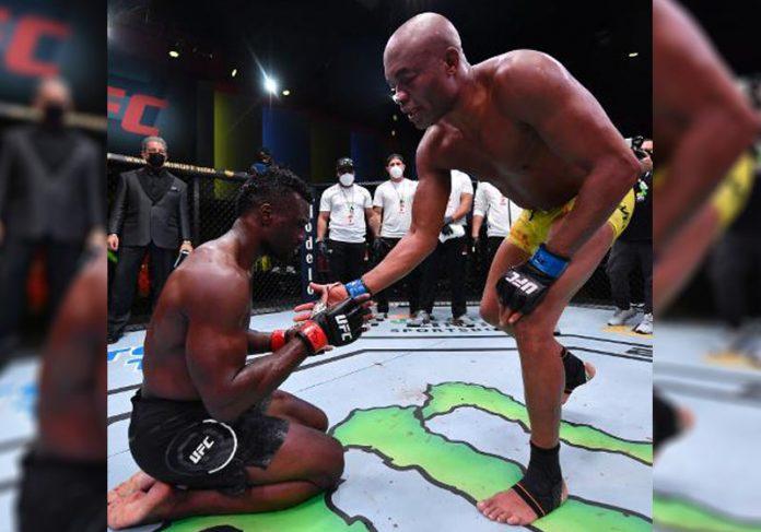 Hall ajoelhado pede desculpas a Anderson - Foto: Jeff Bottari/Getty Images