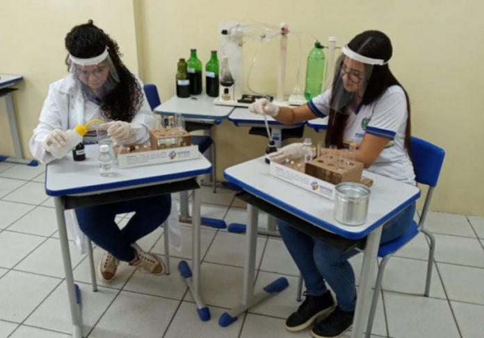 Estudantes e o repelente - Foto: reprodução / Samsung News