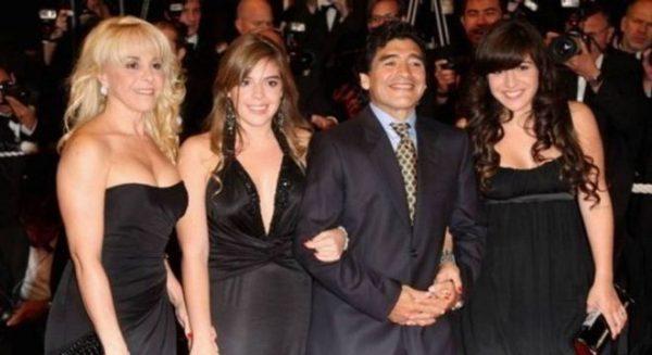 Maradona, ex-esposa e filhas Dalma e Gianinna - Foto: Reprodução