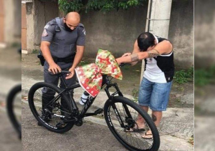 PM entrega bike a trabalhador - Foto: reprodução / Instagram