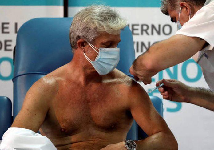 Médico Emilio Macia, 52, recebe vacina - Foto: Agustin Marcarian / Reuters