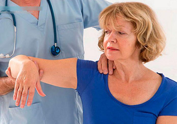 Mulher com dores no ombro - Foto: reprodução / Clínica Ortopedia