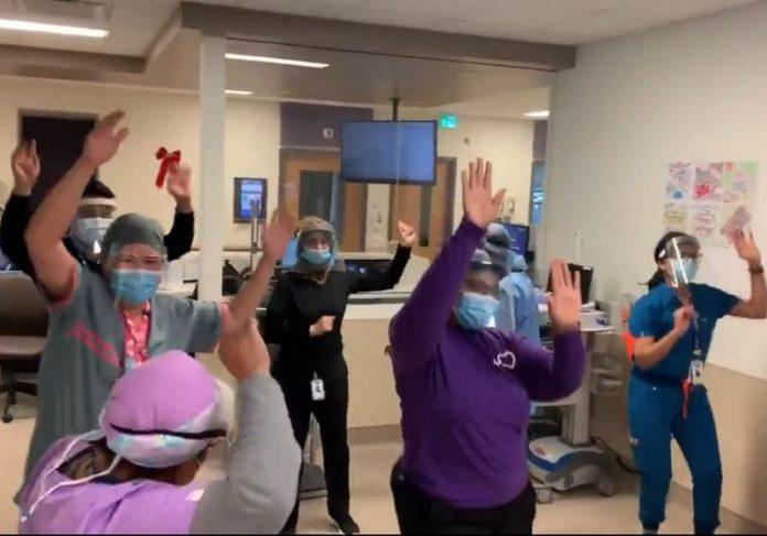 Funcionários da saúde dançando pra comemorar chegada da vacina - Foto: reprodução / Twitter
