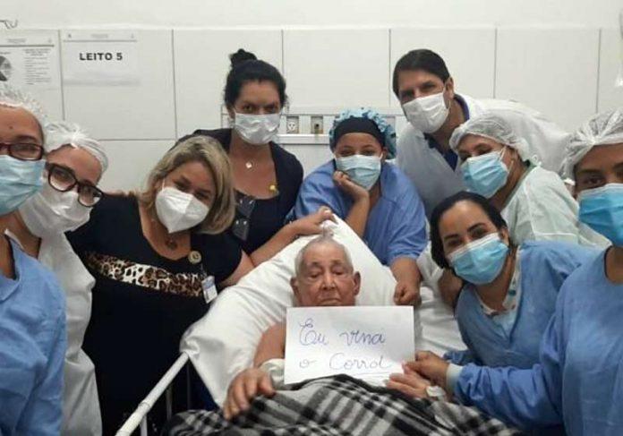 Seu Valdemar recebendo alta - Foto: Prefeitura de São Vicente