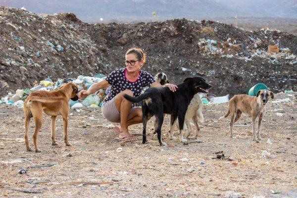 Ela e alguns cães - Foto: Acácio Medeiros
