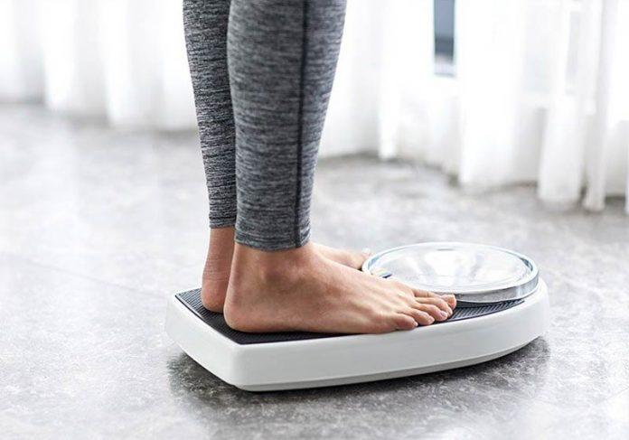 Mulher se pesando - Foto: Stockvisual / Getty Images