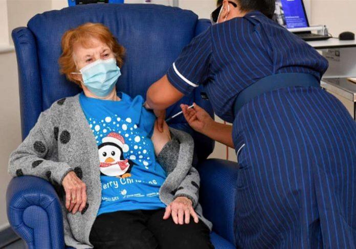 Margaret Kenan recebendo a vacina - Foto: reprodução / TheSun