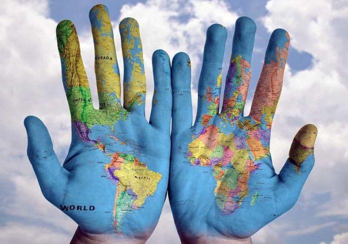 Mapa Mundi nas mãos - Foto: stokpic/Pixabay