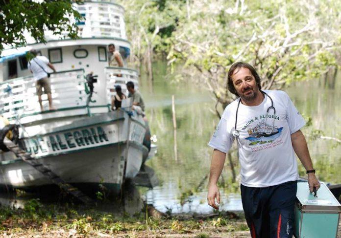 Eugênio leva saúde de barco na Amazônia - Foto: divulgação