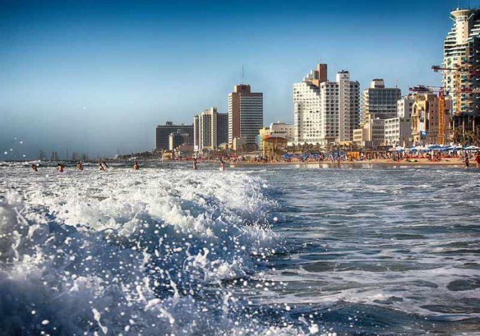 Pôr do sol em praia de Tel-Avivi - Foto: Gidon Pico / Pixabay